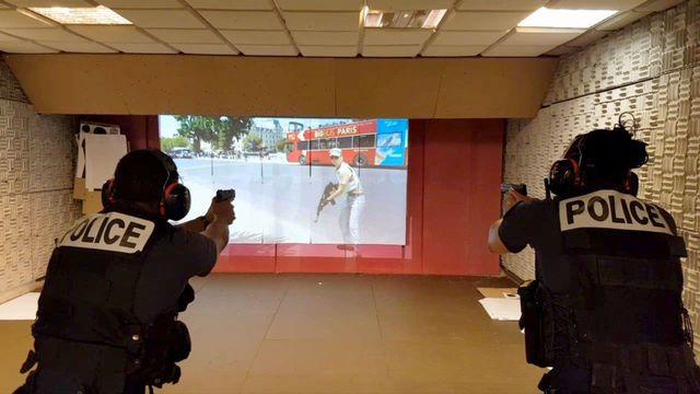 """Deux policiers s'entraînent au tir sur EVA, le nouveau système """"vidéo assisté"""""""