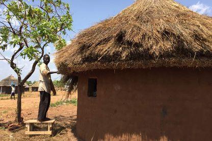 Un réfugié, soudanais du sud, construit sa maison sur un terrain que lui a été donné par les autorités ougandaises à Adjumani.