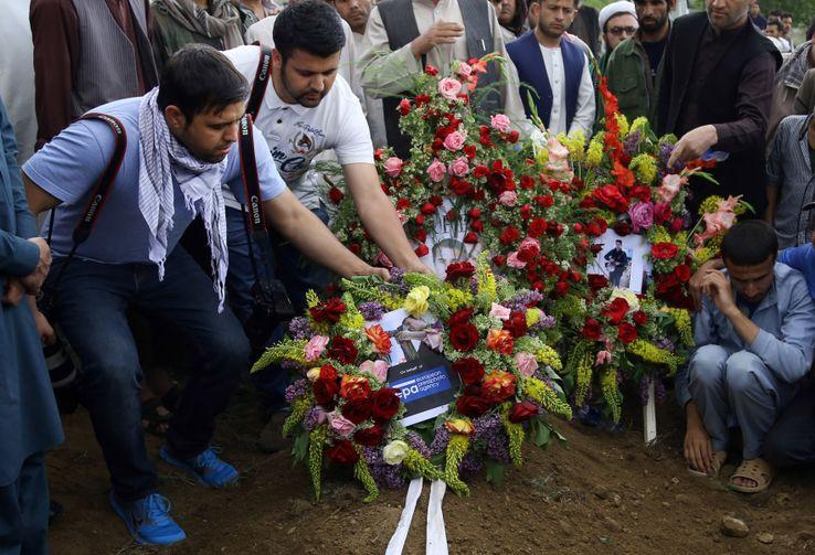 Des photojournalistes afghans rendent hommage à leur collègue Shah Marai, de l'AFP, tué lors d'un attentat lundi à Kaboul. 2017 a été la plus meurtrière dans l'histoire du pays pour les journalistes