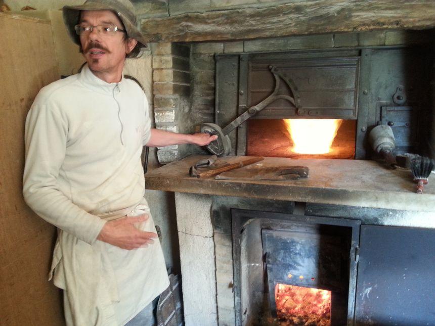 Patrick VINCHON le Boulanger ribéracois devant son four