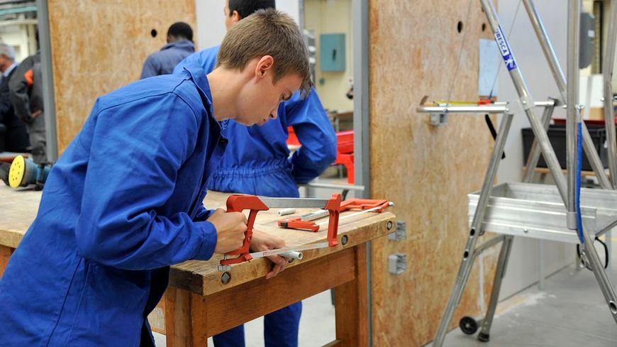 Des apprentis en travaux électriques à Paimboeuf, en Loire-Atlantique.