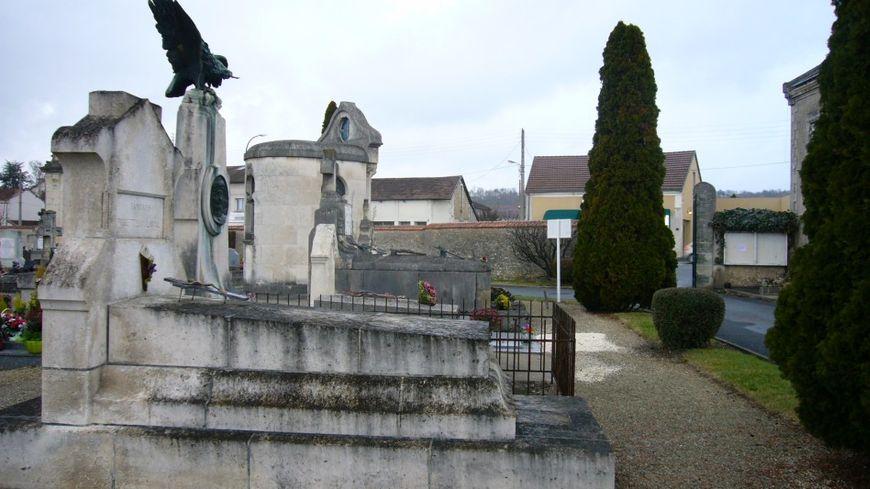 La tombe de l'aviateur Fernand Briault à Périgueux, avec l'aigle volé