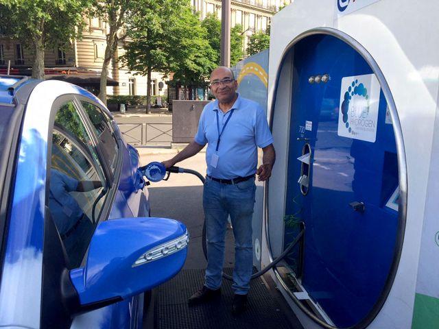 """Un chauffeur de taxi  fait """"le plein"""" à la station hydrogène d'Air Liquide à Paris, au Pont de l'Alma."""
