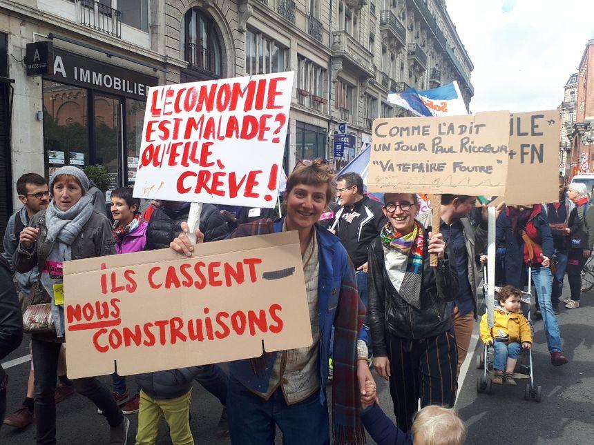 """Des slogans contre la politique """"libérale"""" d'Emmanuel Macron"""