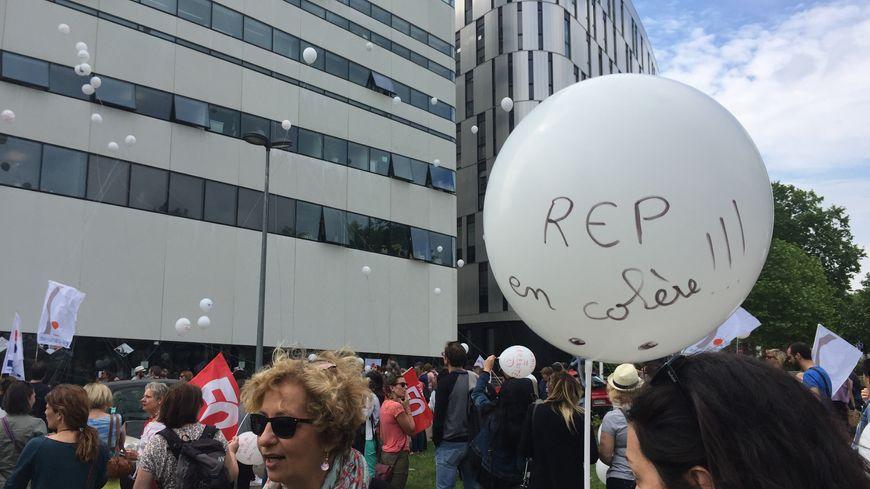 Les enseignants ont fait une action symbolique devant le rectorat de Dijon ce mardi avec des ballons blancs où étaient inscrites leurs revendications.