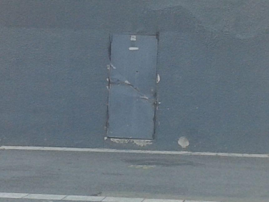 La porte fracturée du local des ultras à la Mosson