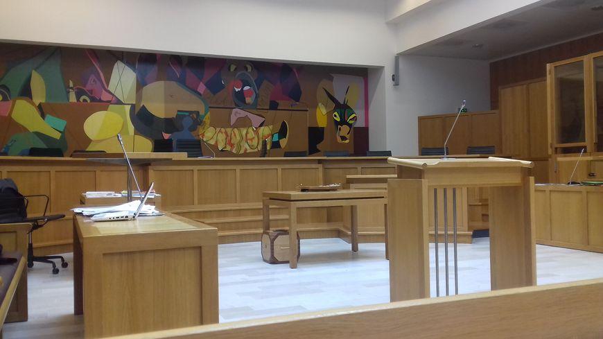 La salle principale d'audience du palais de justice de Laval