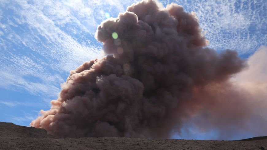 Après quelques secousses sismiques, le volcan est entré en éruption