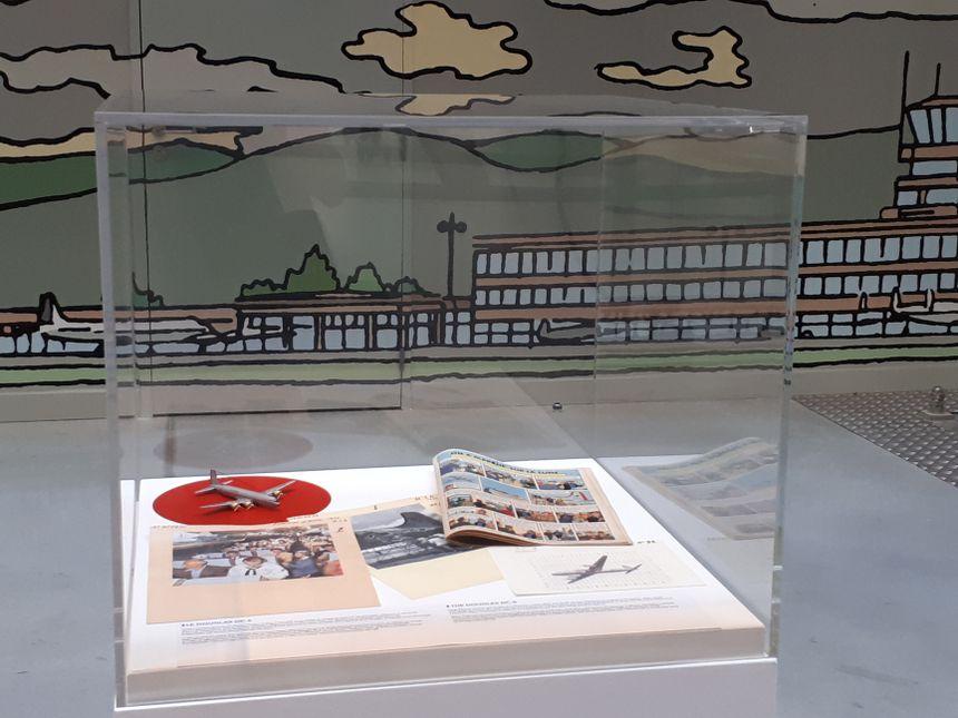 Il y a une série de vitrines à découvrir, qui font toutes le lien entre un album de Tintin et un avion.