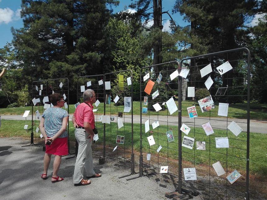 Quelques curieux passant dans le parc Ar Milin de Chateaubourg se sont arrêtés pour en savoir plus sur la maladie