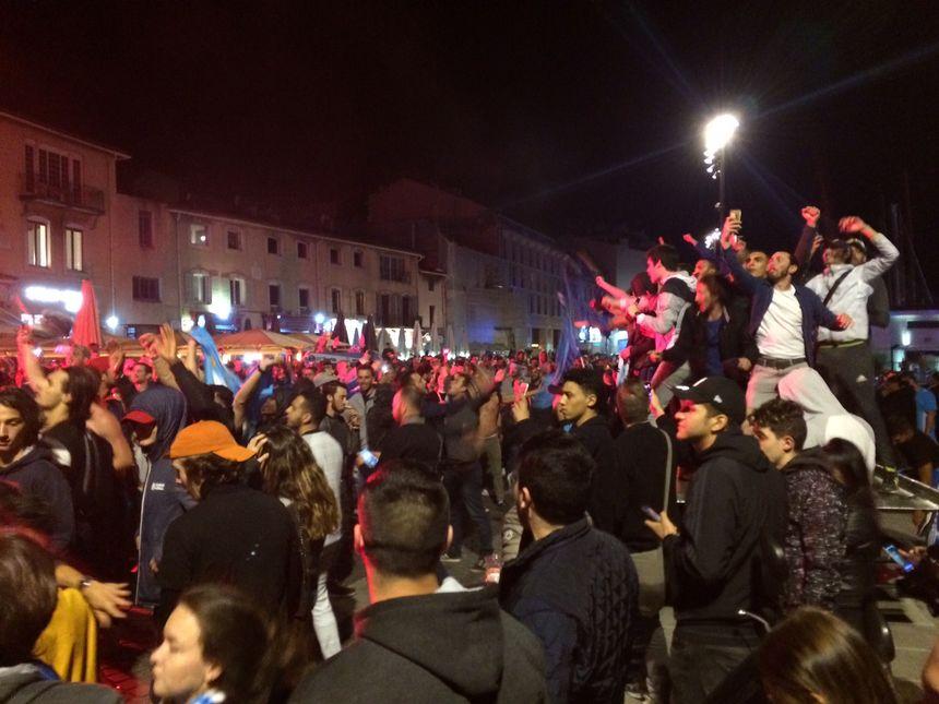 Les supporters marseillais laissent éclater leur joie et leur soulagement sur le Vieux-Port