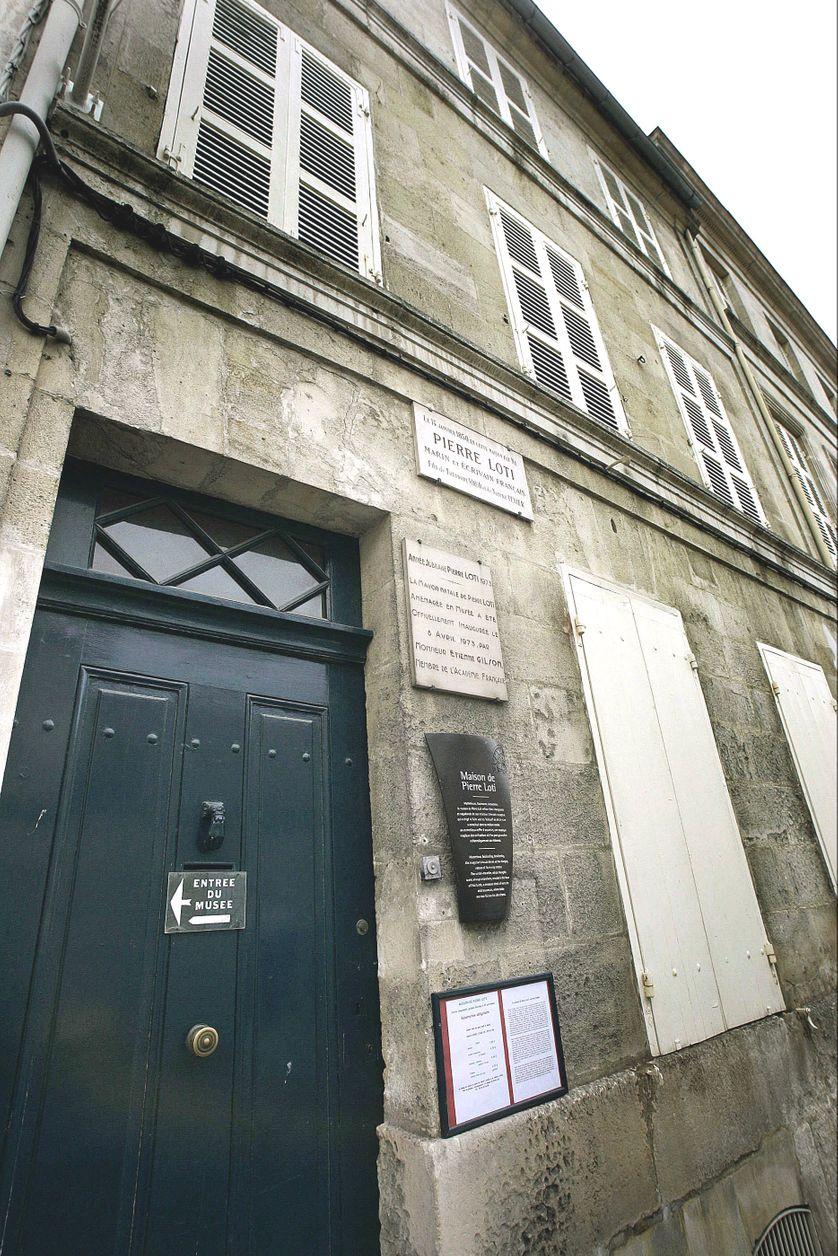 La façade classique, austère, de ce bâtiment du XVIIIe siècle se fond dans l'architecture de la ville, ne laissant rien deviner de ses trésors