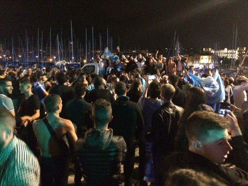 Les Marseillais fêtent en grand la qualification sur le Vieux-Port de Marseille