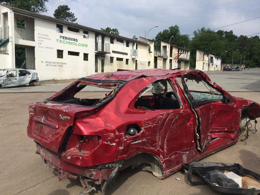 Une voiture désossée au centre d'entraînement des gendarmes de Saint Astier