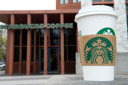 Suite au scandale lié à l'arrestation de deux jeunes hommes noirs dans un de leur magasin, Starbucks a décidé de former son personnel à la discrimination