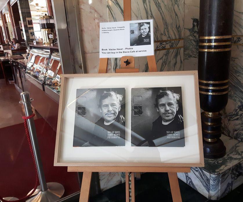 Hommage à Václav Havel à l'entrée de l'ancien café des dissidents Slavia. Havel, figure de l'opposition à la République socialiste tchécoslovaque devenue président de son pays