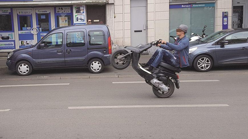 Un jeune en plein rodéo rue Pierre Legrand, dans le quartier de Fives, à Lille