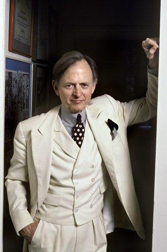 """Tom Wolfe, dans son fameux trois-pièces blanc """"néo-prétentieux""""."""