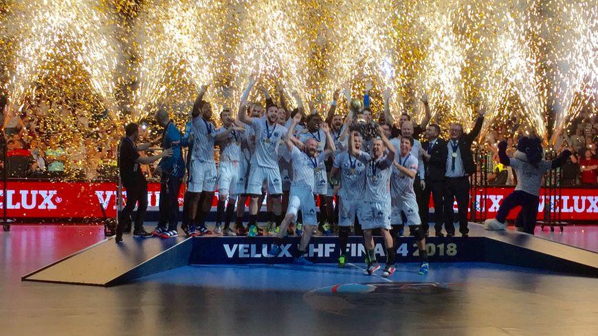 Les handballeurs Montpelliérains soulèvent le trophée