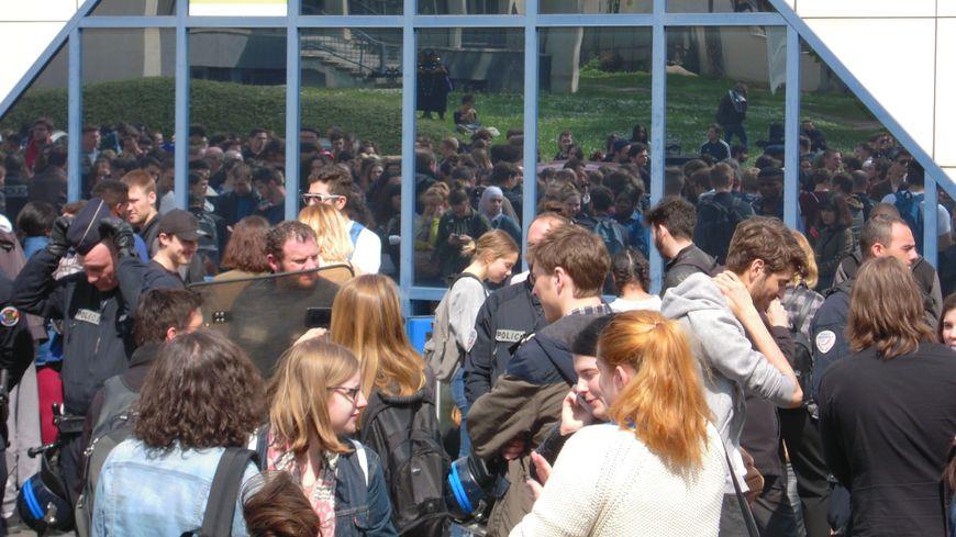 Des examens encadrés par des policiers armés de boucliers et d'un flashball sur le campus de la fac de Lettres.