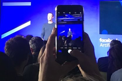 Mark Zuckerberg lors de son intervention, hier soir, devant une centaine de personnes au siège de Facebook