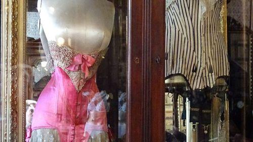 Épisode 1 : Le petit monde de la corseterie : l'histoire de la boutique Claverie