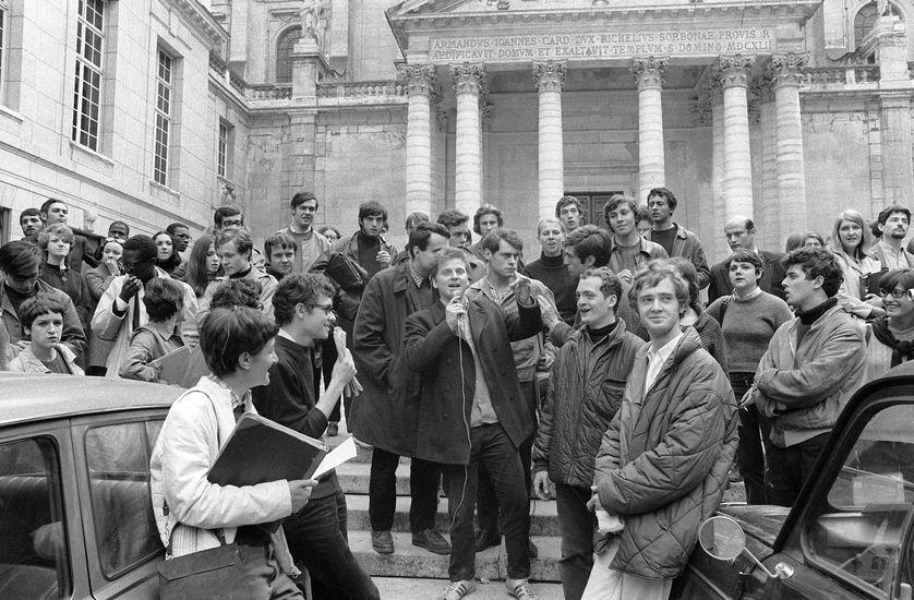 """Daniel Cohn-Bendit (C-micro à la main), fondateur du """"Mouvement du 22 mars"""" et l'un des leaders du """"Mai 68"""", s'adresse à des étudiants 03 mai 1968 devant l'université de Paris-Sorbonne."""