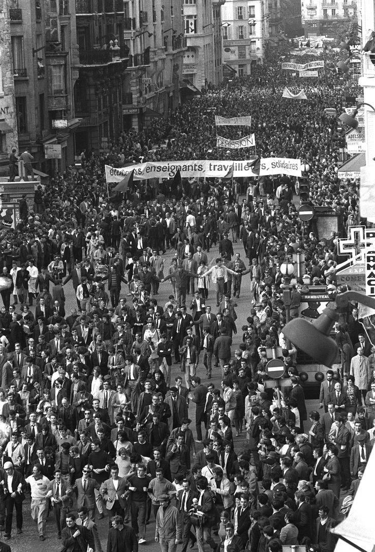 Les étudiants et les ouvriers défilent derrière la même banderole, le 13 mai 1968.