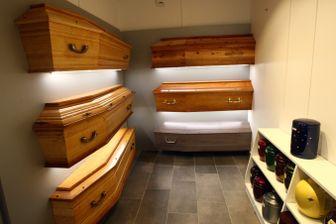 Chaque enterrement ou crémation effectuée en France doit obligatoirement se faire avec un cercueil, avec quatre poignées pour le soulever.