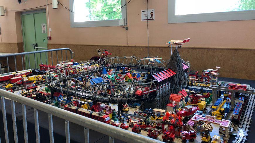 Il a fallu 25 000 pièces et une année pour construire cette ville en Lego