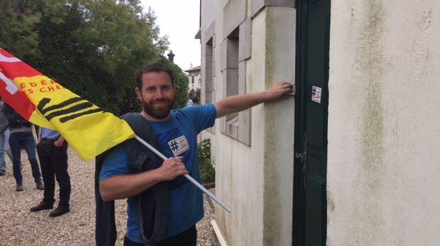Peio Dufau délégué cgt cheminots, devant la porte de la maison où réside Guillaume Pepy à Biarritz.