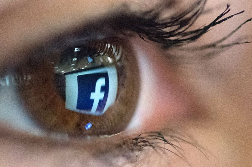 Photo du logo de Facebook reflété dans un œil, prise à Paris le 22 mars 2018.