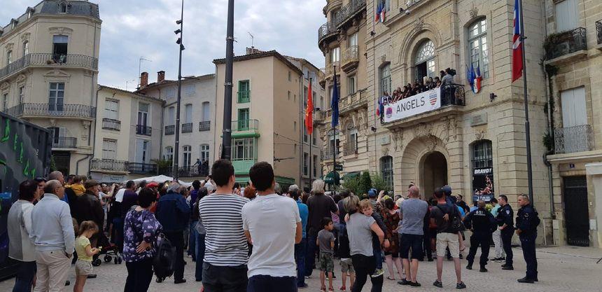 Les supporters des Béziers Angels sur le parvis de l'Hôtel de ville