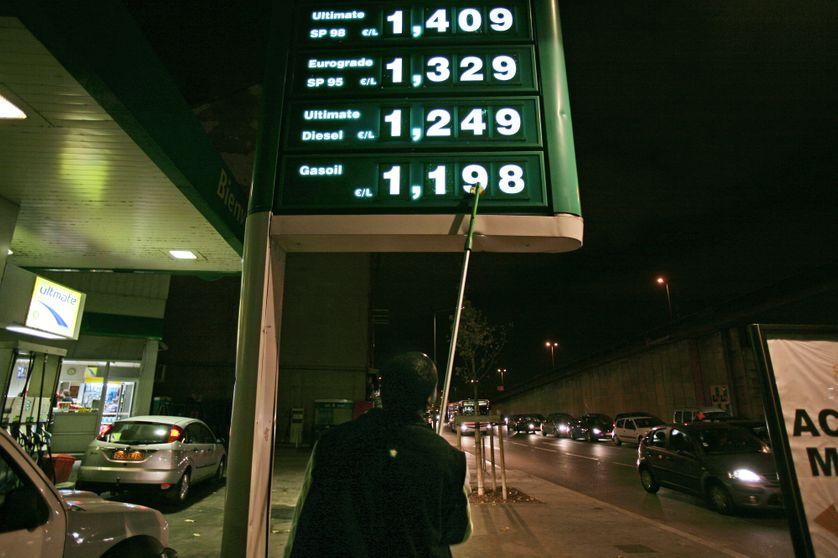 Une personne change le tarif de l'essence dans une station service, le 07 novembre 2007 à Lyon