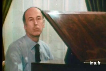 Valéry Giscard d'Estaing au piano, dans ce reportage de TF1 de 1975