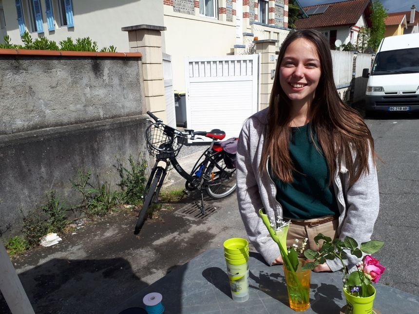 Lucie et son muguet du jardin de ses parents