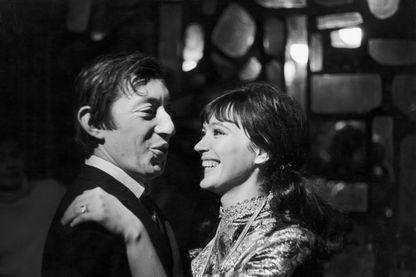 Anna Karina et Serge Gainsbourg au cours de l'enregistrement de l'émission 'Entrez dans la confidence' au Carnaby Club, à Paris, en 1968