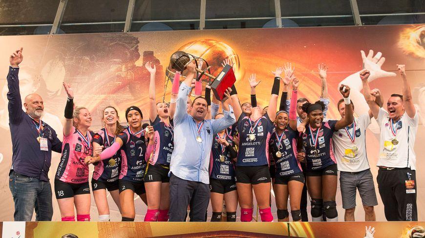 Cyril Ong (au centre) et les volleyeuses biterroises fêtent leur titre de champion de France