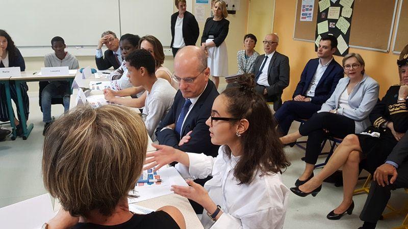 Jean-Michel Blanquer, le ministre de l'Education nationale, discute jeudi avec une collégienne des Hauts-de-Rouen.