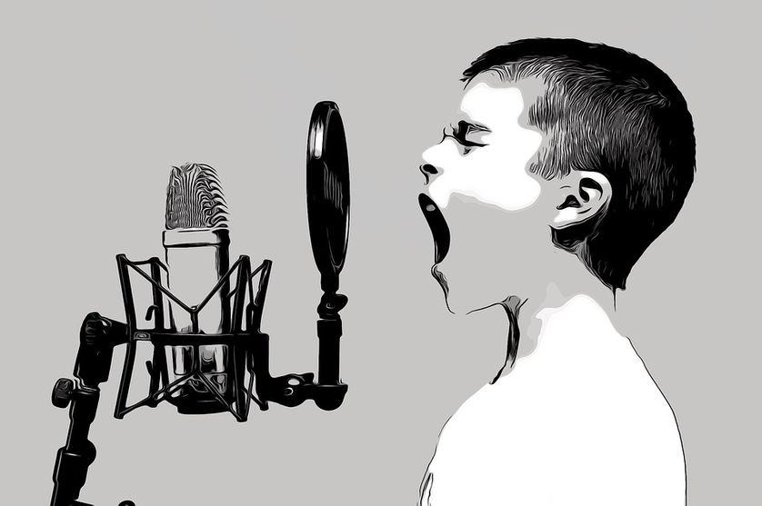 Enfant en train de chanter