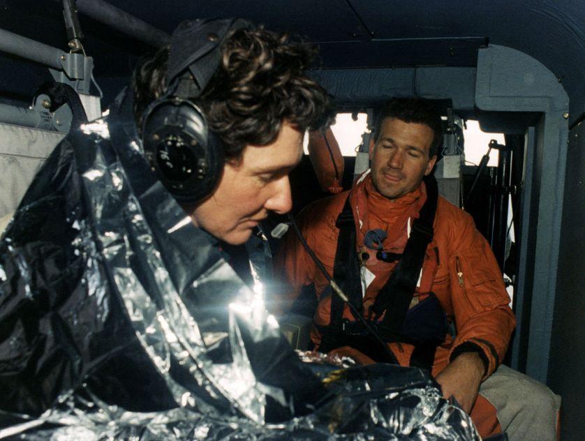 """Isabelle Autissier, épuisée, est enveloppée dans une couverture thermique après son sauvetage. Son bateau, """"Ecureil-Poitou-Charentes"""" a dématé à 900 miles d'Adelaïde lors de la deuxième étape du """"Boc Challenge"""" (1995)"""