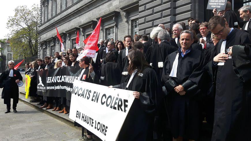 Les avocats des six barreaux auvergnats ont manifesté devant la Cour d'Appel de Riom