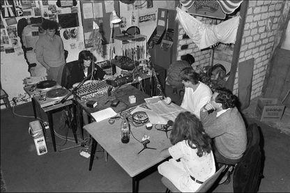 Jack Lang, alors ministre de la Culture, interviewé au sujet des radios libres dans le studio de la radio libre Radio Tomate, le 30 septembre 1981, à Paris