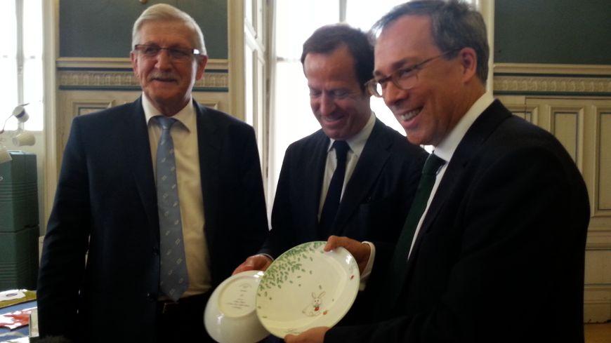 L'ambassadeur de Grande Bretagne (à droite) aux côtés de Frédéric Bernardaud (au centre) et d'Emile-Roger Lombertie (à gauche)