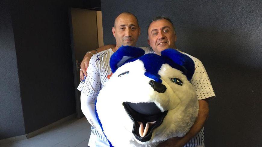 Greg et Bachou, les blue fox qui endossent le costume de Foxy , la mascotte