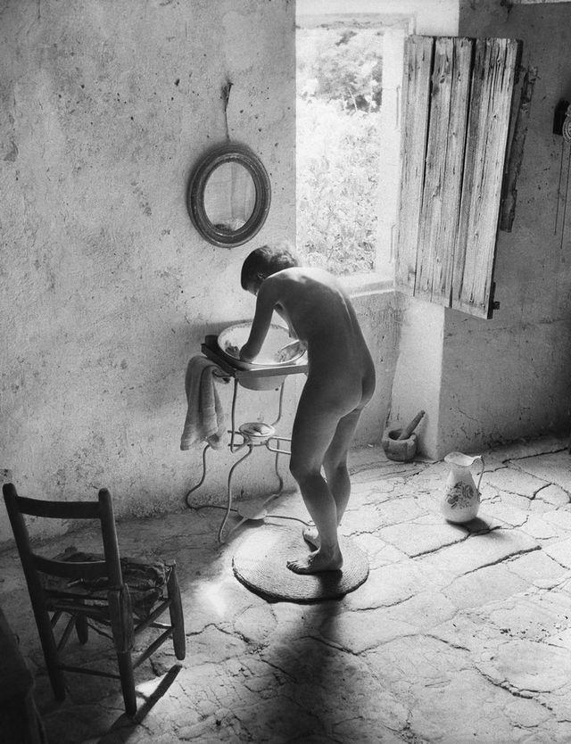 WILLY RONIS Le nu provençal, Gordes, 1949 © Ministère de la Culture - Médiathèque de l'architecture et du patrimoine, dist. RMN-GP, donation Willy Ronis