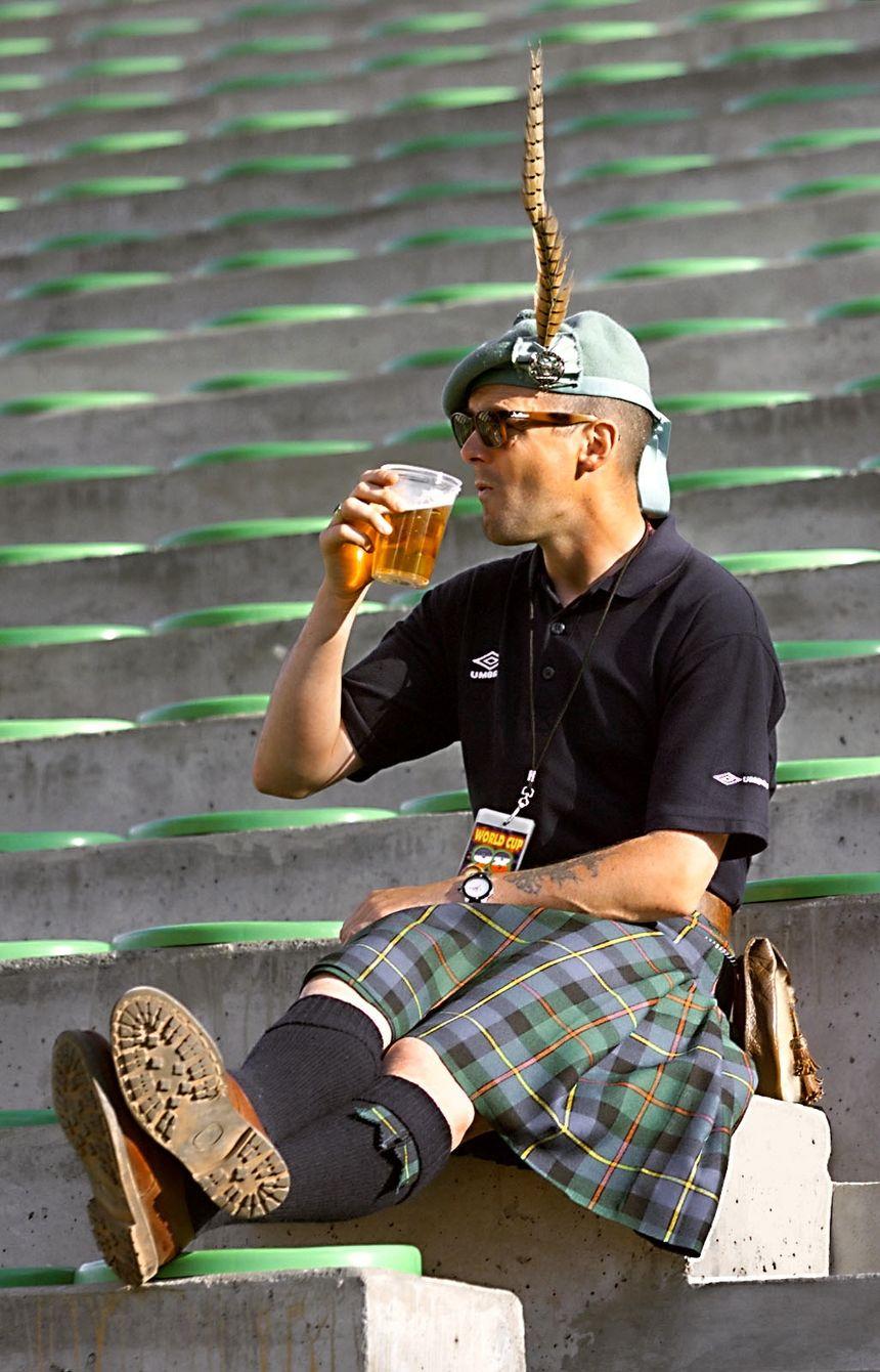 Vêtus de leurs kilts, les Écossais ont mis l'ambiance à Geoffroy Guichard et dans les rues stéphanoises.