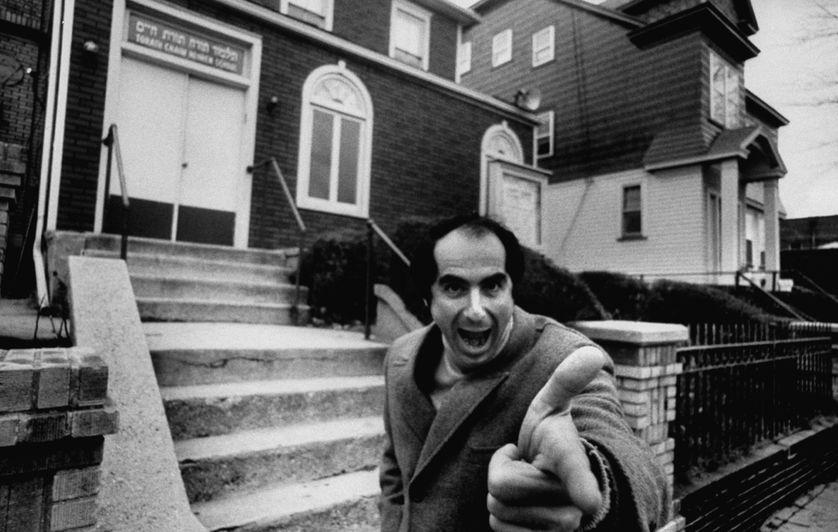 Philip Roth en 1968 devant l'école juive où il a suivi des cours lorsqu'il était enfant.