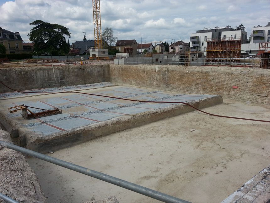 Une vue de la piscine extérieure du Carrousel en travaux dont il ne reste plus que les fondations
