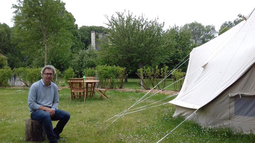 Médéric de Chassey devant une tente lodge